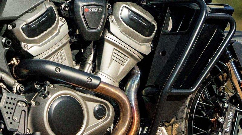 Nádrž motocyklu Pan America s horami na pozadí