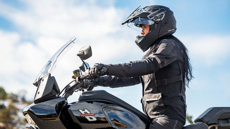 Žena jedoucí na motocyklu Pan America