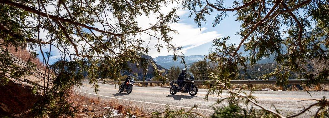 Дорога и два мотоциклиста на байках Harley-Davidson Pan America из серии Adventure Touring
